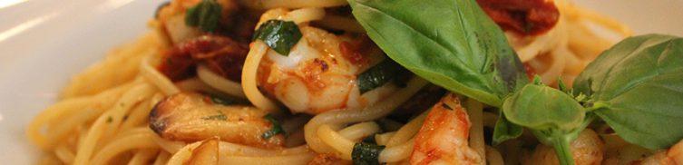 Pasta con langostinos y erizos de mar