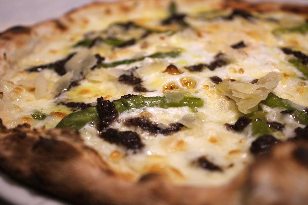 Pizza Emma y Julia con mozzarella, espárragos, parmesano, huevo y trufa